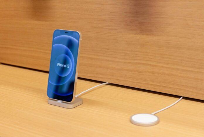 Negli Apple Store gli accessori MagSafe per iPhone 12 in mostra con display interattivi