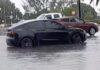 Tesla Model Y sfoggia la guida autonoma nel parcheggio allagato