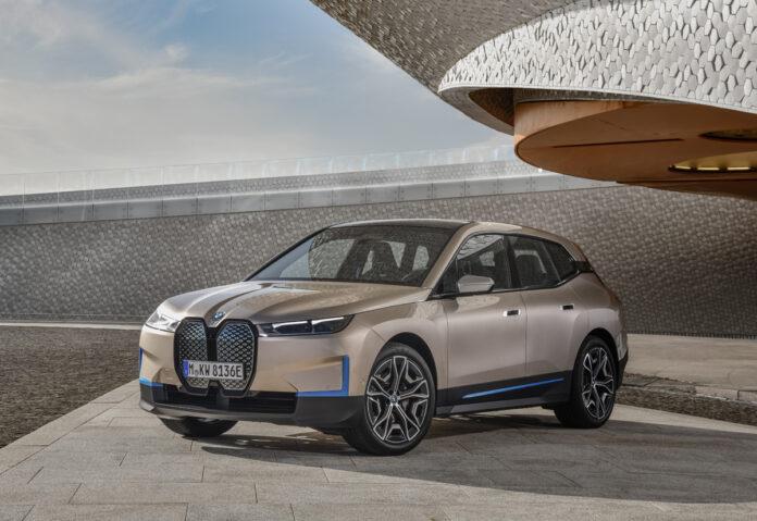 La BMW iX tra un anno con 600 km di autonomia