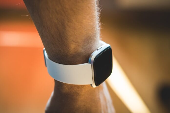 Fitbit porta l'Assistente Google su Sense e Versa 3