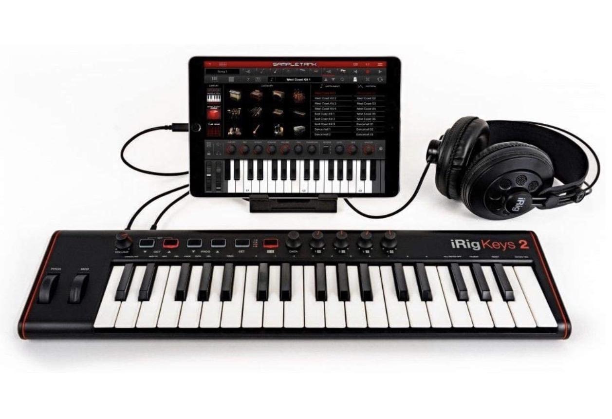 Cyber Monday in musica: chitarre elettriche, giradischi, tastiere e pianoforti digitali con sconti fino al 40%