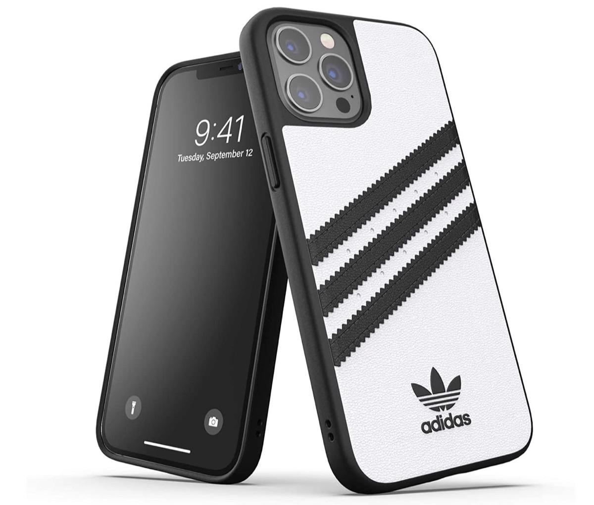 Le custodie Adidas per iPhone serie 12 (e non solo) sono in sconto su Amazon
