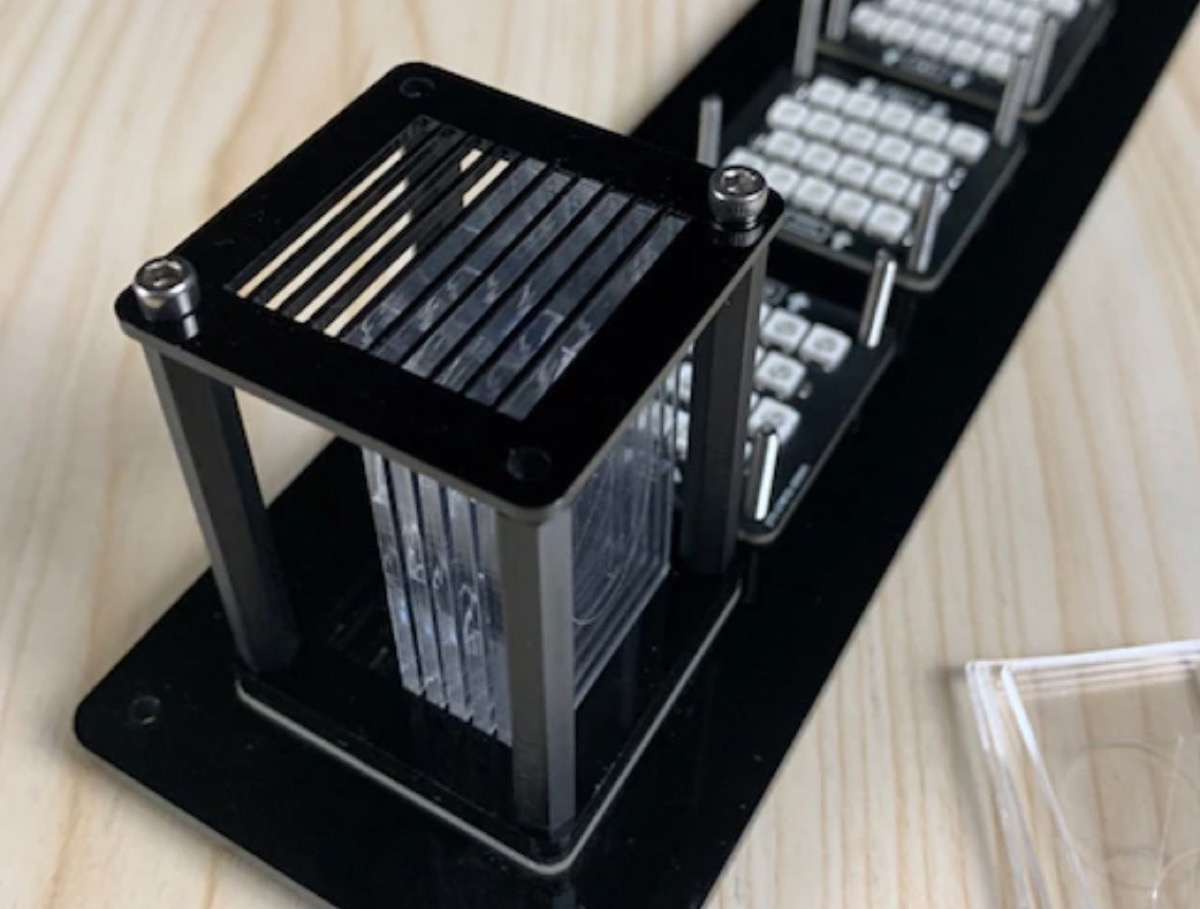 Orologio digitale da scrivania, tutto luci e colori, in sconto a 75,59 euro