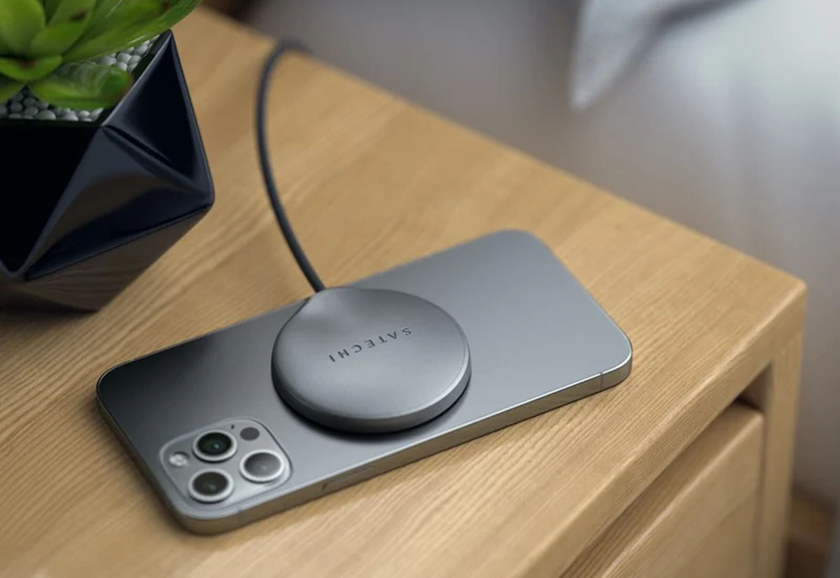 Satechi USB-C Magnetic Wireless Charging Cable carica gli iPhone 12 appoggiando il telefono