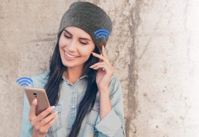 Cappello invernale con microfono e cuffie Bluetooth incorporate scontato a 10,99 euro