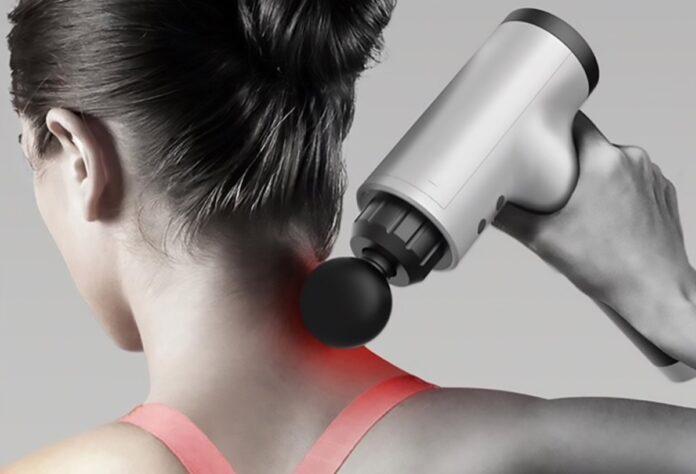 Pistola per massaggio muscolare con quattro testine a 24 euro