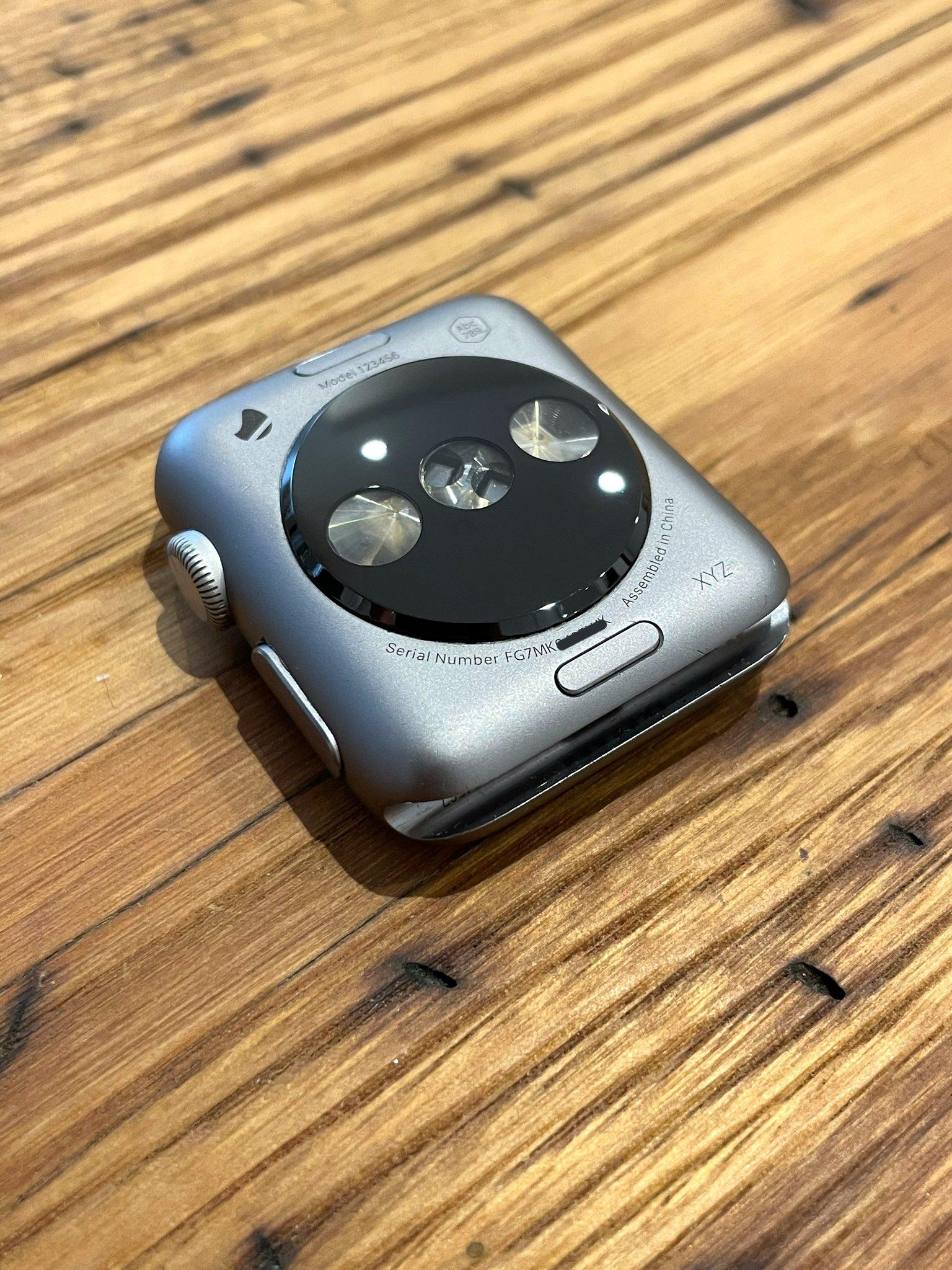 Il prototipo del primo Apple Watch mostra un design diverso della matrice sensori