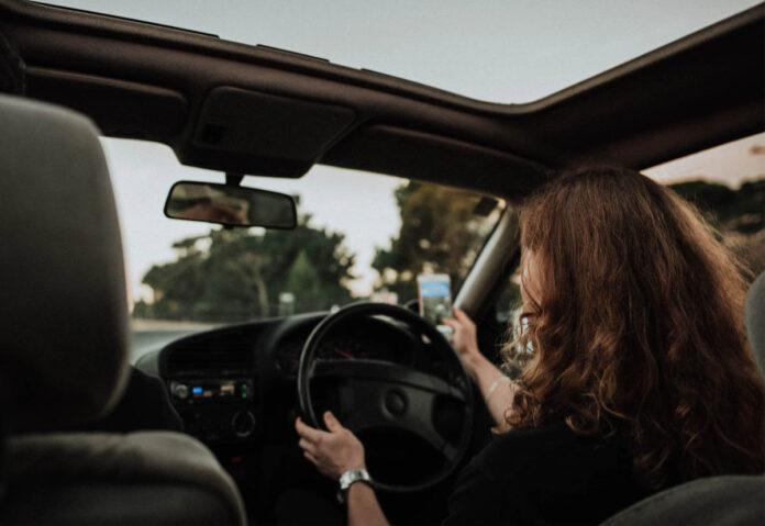 L'abitudine in auto considerata peggiore è l'uso del telefono mentre si guida