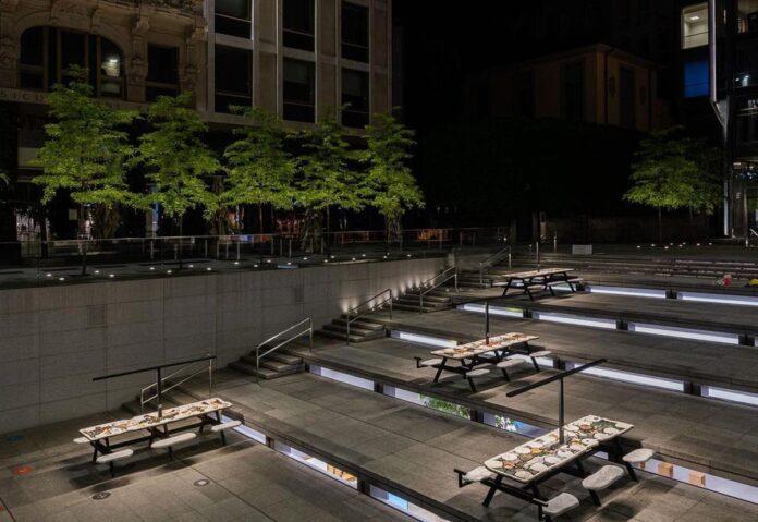 Installazioni nell'anfiteatro di Apple Piazza Liberty a Milano