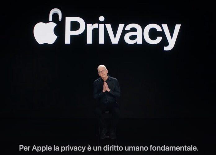 Tim Cook risalta le protezioni privacy iOS 15 in video