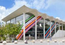 Apple Store decorati con i colori dei cinturini della Collezione Internazionale